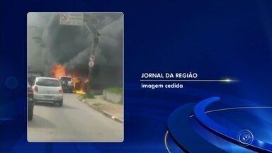 Carro pega fogo e complica trânsito no Engordadouro em Jundiaí - Um carro pegou fogo no bairro Engordadouro, em Jundiaí. As chamas tomaram conta rapidamente do veículo e o trânsito na região ficou complicado. Os moradores ajudaram a apagar o fogo até os bombeiros chegarem.