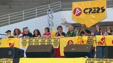 Professores estaduais decidem encerrar greve em assembleia em Porto Alegre - Retorno às aulas será na próxima segunda-feira (11). Greve começou no dia 5 de setembro, em protesto contra o parcelamento de salário, e seguiu por mais de dois meses, sem acordo com o governo.