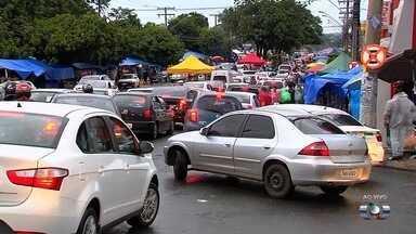 Consumidores vão às compras dos presentes de Natal e Rua 44 fica consgestionada - Intenso movimento de carros e pessoas deixa trânsito lento na região.
