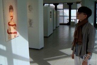 Jovem artista uberabense inaugura exposição de pinturas e desenhos de grafite - A mostra 'Canções Dum Corpo Frag//Mentado' é aberta ao público gratuita, com 12 pinturas à óleo e, aproximadamente, 60 desenhos em grafite e carvão. As obras, como sugere o título, retratam a desconstrução do corpo em frações, como autorret