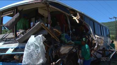 Acidente bloqueia por mais de três horas trecho da BR-277 na Serra da Esperança - Duas pessoas focaram feridas na batida entre um ônibus de transporte florestal e um caminhão.