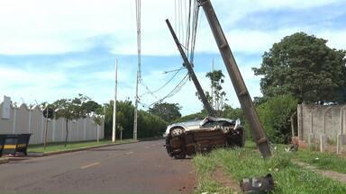 Motorista perde controle da direção e bate em dois postes - Moradores reclamam da falta de fiscalização eletrônica na região.