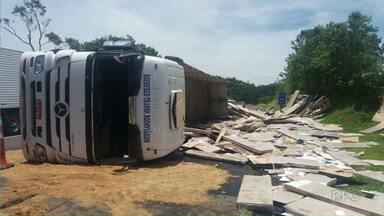 Índio é preso após roubo de carga de móveis - Carreta com móveis desmontados tombou em Ortigueira