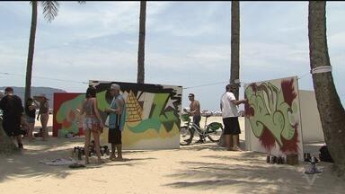 Grafiteiros fazem obras na praia do Gonzaga, em Santos - Eles fizeram vários desenhos, neste domingo.