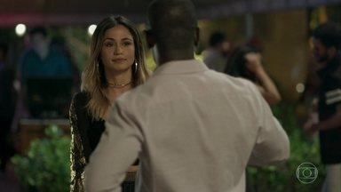 Sandra Helena provoca Agnaldo com Sérgio - Agnaldo não consegue tirar o olho da ex, que finge intimidade com o advogado de Eric