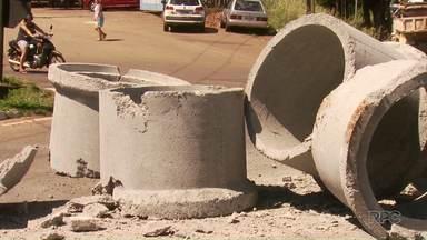 Manilhas de concreto caem de caminhão em rotatória da Avenida Colombo - Motorista responsável pela carga foi autuado
