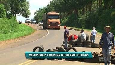 Manifestantes continuam bloqueando rodovias - Integrantes do MST, de movimentos posseiros e quilombolas continuam bloqueando parcialmente as PRs 170 em Guarapuava e 459 entre Pinhão e Reserva do Iguaçu.