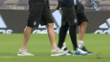 Jogadores do Grêmio fazem reconhecimento do gramado do Hazza Bin Zayed - Partida será transmitida pela RBS TV na terça-feira (12).