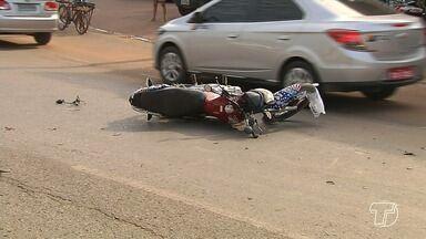Motociclista bate por trás em carro 'brecado' e fica gravemente ferido na BR-163 - Acidente aconteceu próximo ao cruzamento com a Avenida Fernando Guilhon na tarde desta segunda-feira (11). Reginaldo Maia foi levado pelo Samu ao Pronto Socorro Municipal.