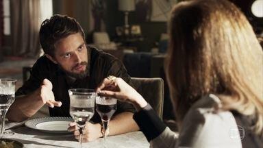 Renato comenta com Sophia que encontrou Cido no hospital - A sogra do médico mente e confirma que mandou um recado para o diretor do hospital através do motorista