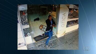 Vigilante é baleado de raspão na mão durante assalto a relojoaria em Goiânia - Crime ocorreu na manhã desta terça-feira (12), no Centro.