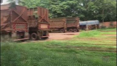 Caminhões ficam estacionados irregularmente no Campo Municipal de Barrinha, SP - Veículos são deixados em local que deveria ser usado para frequentadores jogarem bola.