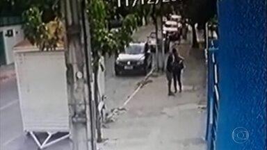 Câmera flagra mulher reagindo a assalto na Zona Sul do Recife - Homem armado se aproxima, ela reage e segura a bolsa. Ele desiste de pegar a bolsa e vai embora.