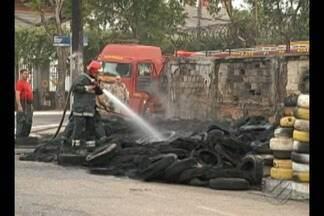 Câmeras de segurança ajudam Polícia a buscar suspeitos de incêndio no Umarizal - Homem teria incendiado pneus de uma prova esportiva.