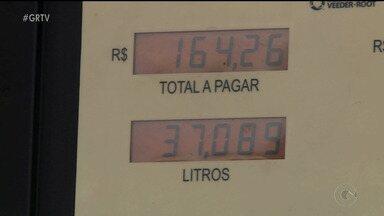 Consumidores pesquisam antes de abastecer em Petrolina - O objetivo é tentar economizar depois de tantos aumentos de combustíveis