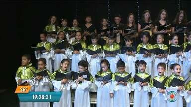 Coral natalino de Ingá se apresenta nesta terça-feira em Campina Grande - O coral é formado por cerca de 80 alunos de uma escola particular do município de Ingá.