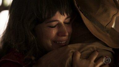 Clara e Josafá têm reencontro emocionante - Mercedes comemora a volta da jovem, que chora ao encontrar o avô