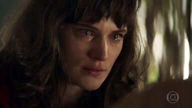 Clara se surpreende ao saber que todos acreditam que ela esteja morta - Ela conta que foi internada em um hospício e afirma que se vingará