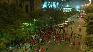 Descontrole no Maracanã - Grupo vestindo a camisa do Flamengo agride, vandaliza e fere antes e depois do jogo contra o Independiente