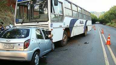 Carro bate em ônibus de trabalhadores no Contorno Sul em Maringá - O motorista do carro ficou preso nas ferragens e precisou ser atendido pelos socorristas dos Bombeiros e do Samu.