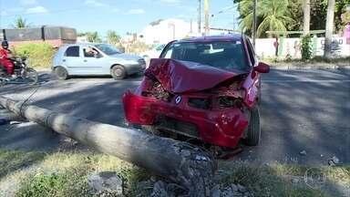 Motorista perde o controle e derruba poste na Avenida Pan Nordestina - Jovem de 25 anos foi socorrido pro HR, mas já teve alta.