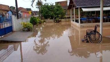 Idosos perdem remédios e roupas após chuva invadir abrigo em Itabela - Veja no quadro da previsão do tempo.