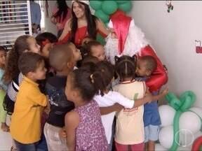 Crianças da Creche Gente Inocente recebem a visita do Papai Noel dos Correios - Elas receberam vários presentes.