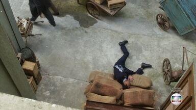 Edgar cai após agressão - Natália cuida de Edgar