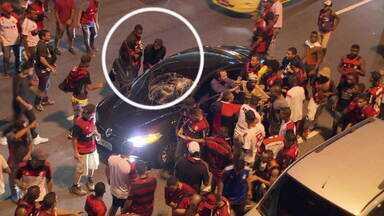 Motorista é agredido e roubado após atropelar torcedor no Maracanã - Polícia Militar usou bombas para conter agressores.