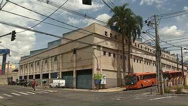 Situação de abandono gera insegurança a moradores do entorno do antigo BIG em Ponta Grossa - A Prefeitura chegou a notificar os proprietários do imóvel.