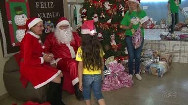 Crianças recebem os presentes do papai noel dos correios em Guarapuava - Mais de 250 crianças da escola Municipal Hipólita de Oliveira, no bairro Boqueirão, receberam os brinquedos.