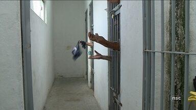 Com presídio interditado, delegacia de Araranguá tem superlotação de presos - Com presídio interditado, delegacia de Araranguá tem superlotação de presos