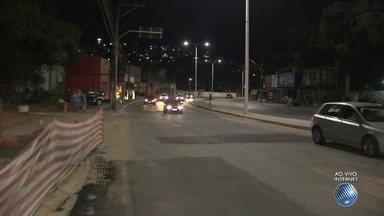 Vazamento de água causa engarrafamento na Avenida San Martin - Embasa afirma que o problema está sendo resolvido. Fornecimento de água foi suspenso na região.