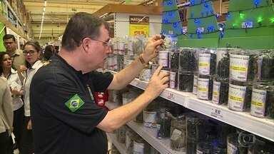 Ipem fiscaliza lojas para checar qualidade dos produtos natalinos - Trabalho faz parte da Operação Natal do Instituto de Pesos e Medidas.