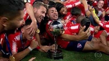 Independiente conquista o bicampeonato da Copa Sul-Americana - Jogadores do Flamengo desdenharam da medalha de vice.