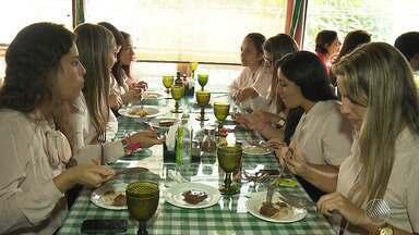 Restaurantes e bares se adaptam para atrair mais clientes e comemoram melhora no movimento - Pesquisa aponta que 31% das empresas tiveram melhora no faturamento no segundo trimestre deste ano.