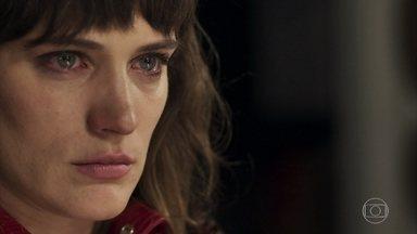 Clara sofre por não poder se aproximar de Tomaz - Ela afirma que Lívia e Renato também estavam envolvidos no plano de Sophia