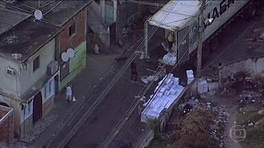 Imagens mostram dois caminhões sendo saqueados no Rio de Janeiro - Imagens dos roubos foram feitas pelo Globocop, na manhã desta sexta-feira (15). Roubo de cargas voltou a crescer pelo segundo mês seguido.