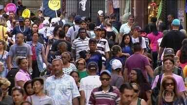 Multidão toma ruas de comércio popular de SP para compras de Natal - Em São Paulo, o centro nervoso do comércio popular é a Rua 25 de Março. Milhares de pessoas indo para o mesmo lugar deixam o trânsito em SP caótico, mesmo no período de férias.