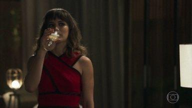 Clara comemora com Patrick e garante que vai se vingar de Gael - Renato e Rafael cuidam do filho de Sophia