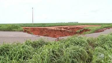 Caminhoneiros e passageiros interrompem viagem após chuva forte provocar cratera na BA-460 - Desvio por estrada de terra foi feito, mas com medo de atolar veículo nem todo mundo quis se arriscar.