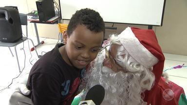 Crianças da Escola Municipal Dorival Caymmi recebem visita de Papai Noel - Para a maioria delas esse foi o primeiro encontro com o Bom velhinho.