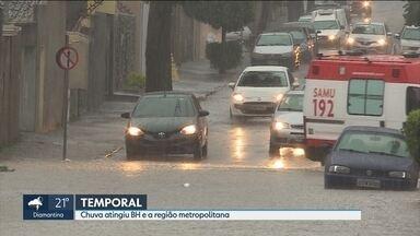 Chuva forte atinge Belo Horizonte e região e deixa ruas alagadas - Motoristas precisaram fugir da enxurrada no bairro Padre Eustáquio, na Região Noroeste.