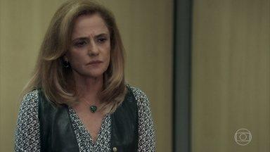 Sophia pede favor a Gustavo - A ricaça quer o amigo juiz cuide dos processos referentes à Clara