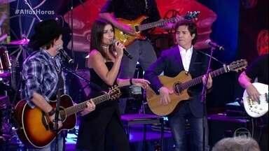 """Chitãozinho & Xororó cantam """"Brincar de Ser Feliz"""" com Paula Fernandes - Cantores emocionam a plateia do 'Altas Horas'"""