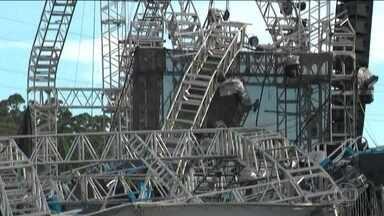 Palco desaba em festa no Rio Grande do Sul e DJ morre - Cobertura caiu e o DJ que se apresentava no momento foi atingido por parte da estrutura. Imagens mostram o acidente.