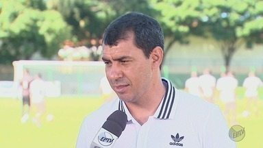 Fábio Carille visita Sertãozinho, SP, após títulos com o Corinthians - Técnico dispensou carreata para tirar fotos e dar autógrafos aos fãs.
