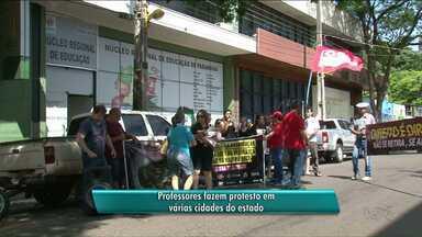 Professores da rede estadual fazem protesto em todo estado - Em Paranavaí os professores se reuniram em frente ao núcleo regional de educação