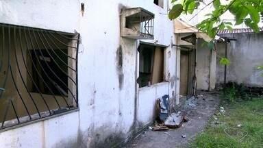 Usuários de drogas invadem casas após demolição de imóvel em Vitória - Em uma casa do bairro, foram levados relógio de energia, vasos sanitários e pias de cozinha e banheiro, várias janelas e grades foram arrancadas.