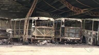 Ônibus pegam fogo em empresa na Serra e dono estima prejuízo de R$ 2 milhões - Segundo o dono, o fogo começou em um micro-ônibus por causa de um curto-circuito. Um carro de corrida também ficou incendiado.